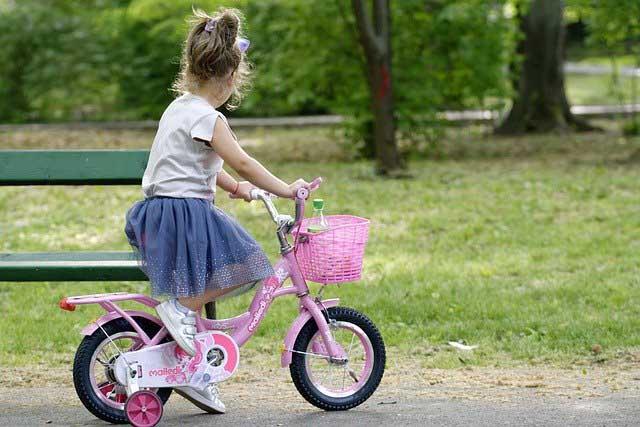 une fille sur un vélo enfant 14 pouces