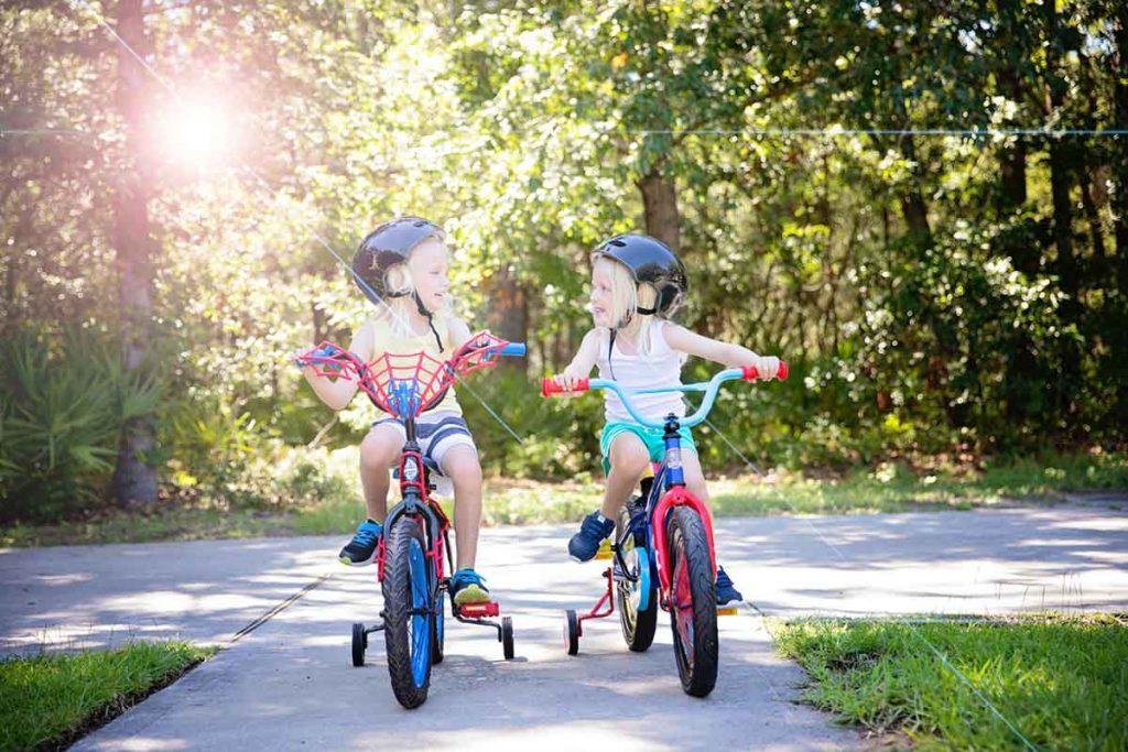 Deux enfants qui font du vélo
