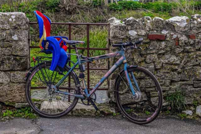 Un vélo avec un siège vélo fixé à l'arrière