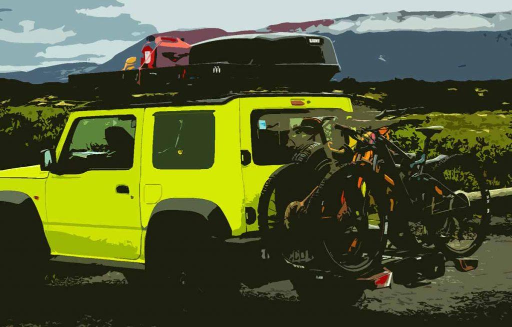 Un véhicule qui transportent des vélos sur un attelage